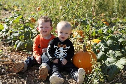 jonah-and-karson-pumpkin-patch-11